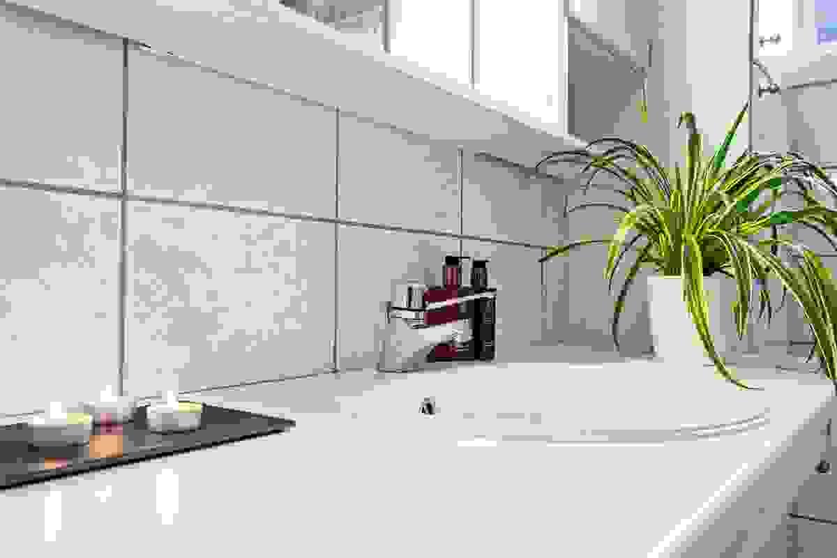 Badet inneholder toalett (nytt 2016), dusjkabinett (nytt 2016), servant nedfelt i benk med rikelig av skapinnredning
