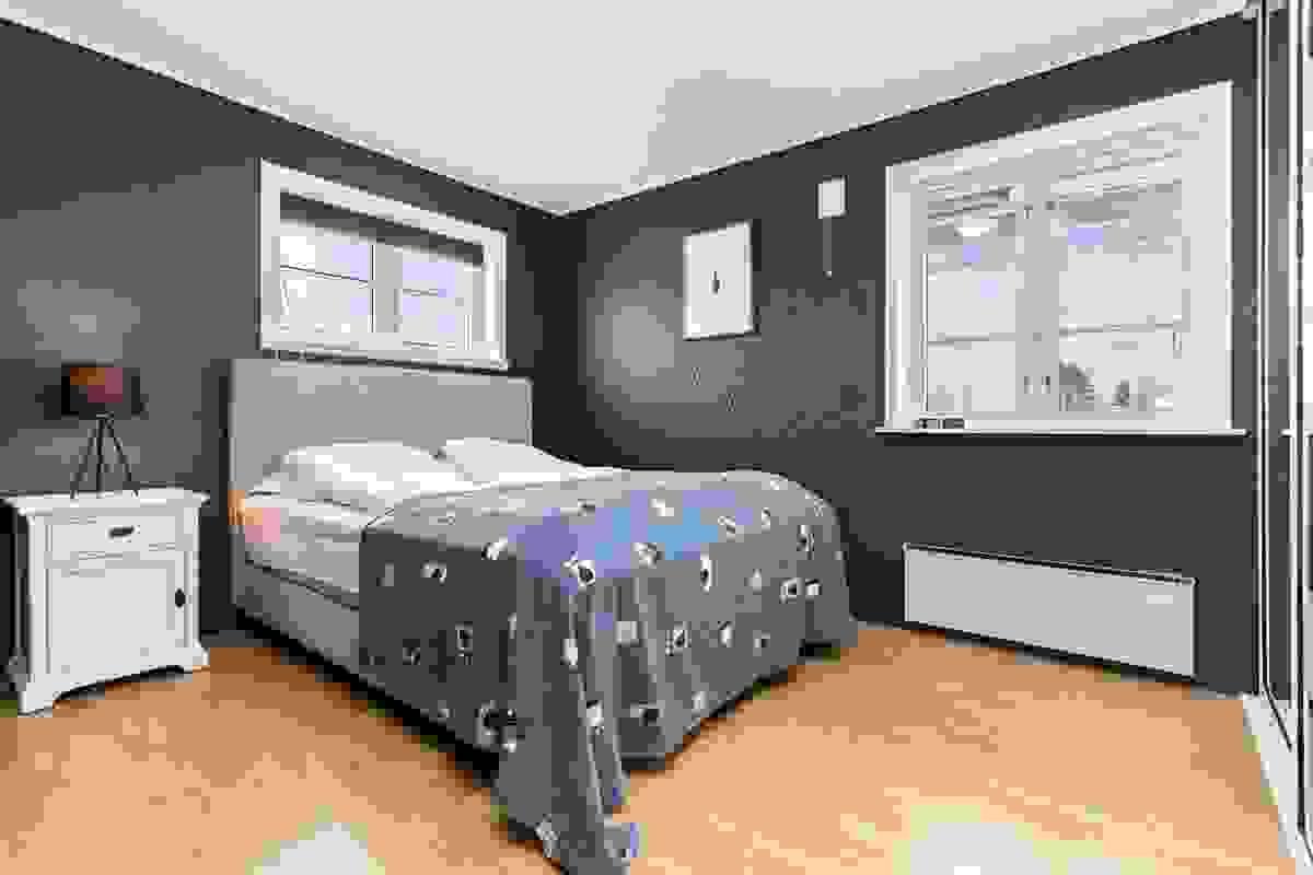 Det andre soverommet - også dette med varme veggfarger
