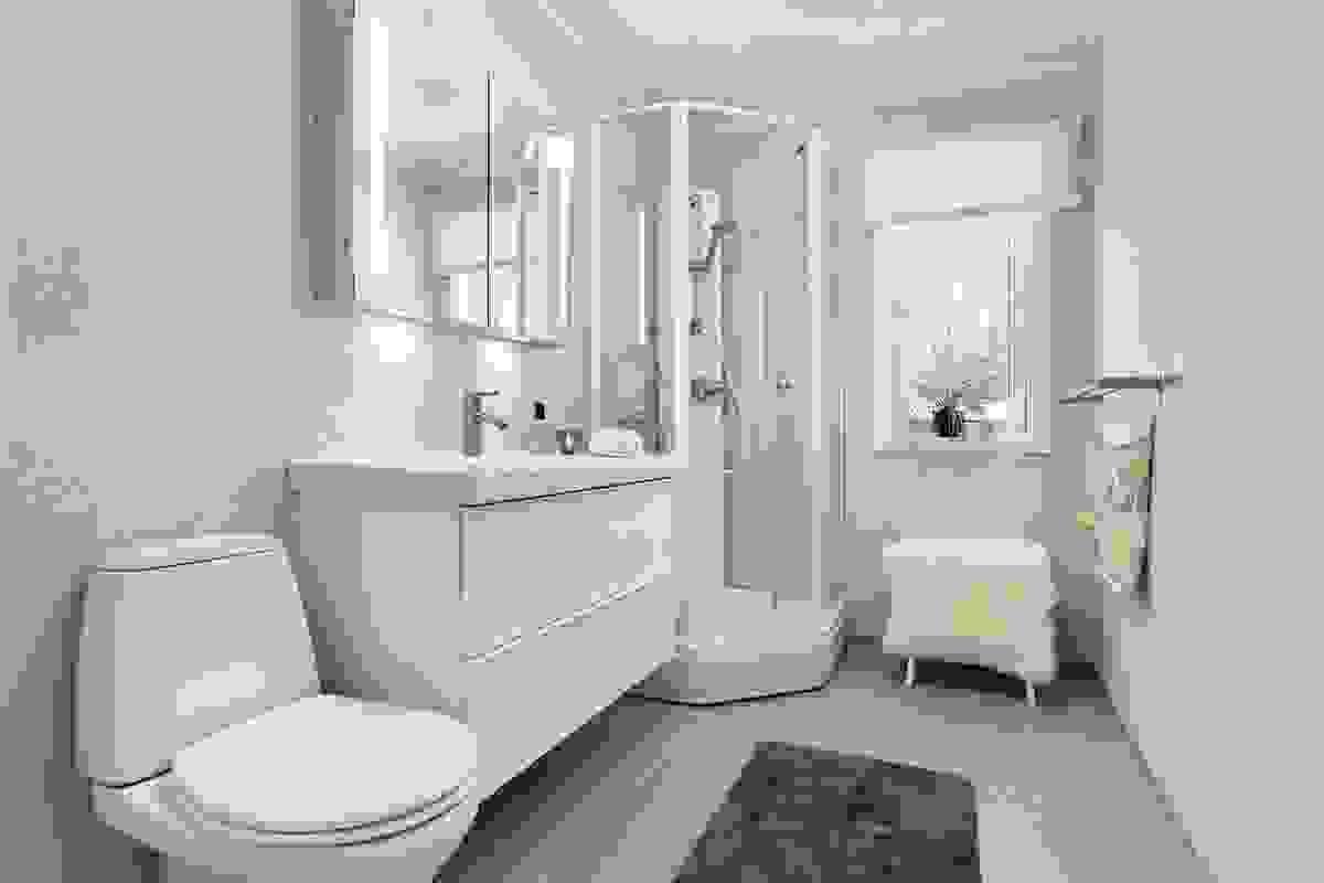 Bad med toalett og dusjkabinett