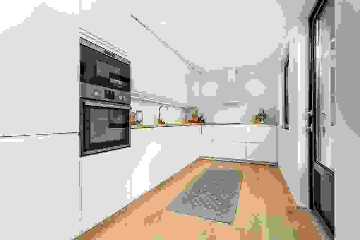 Kjøkkenet er moderne, stilrent og pent tilpasset husets innvendige design.