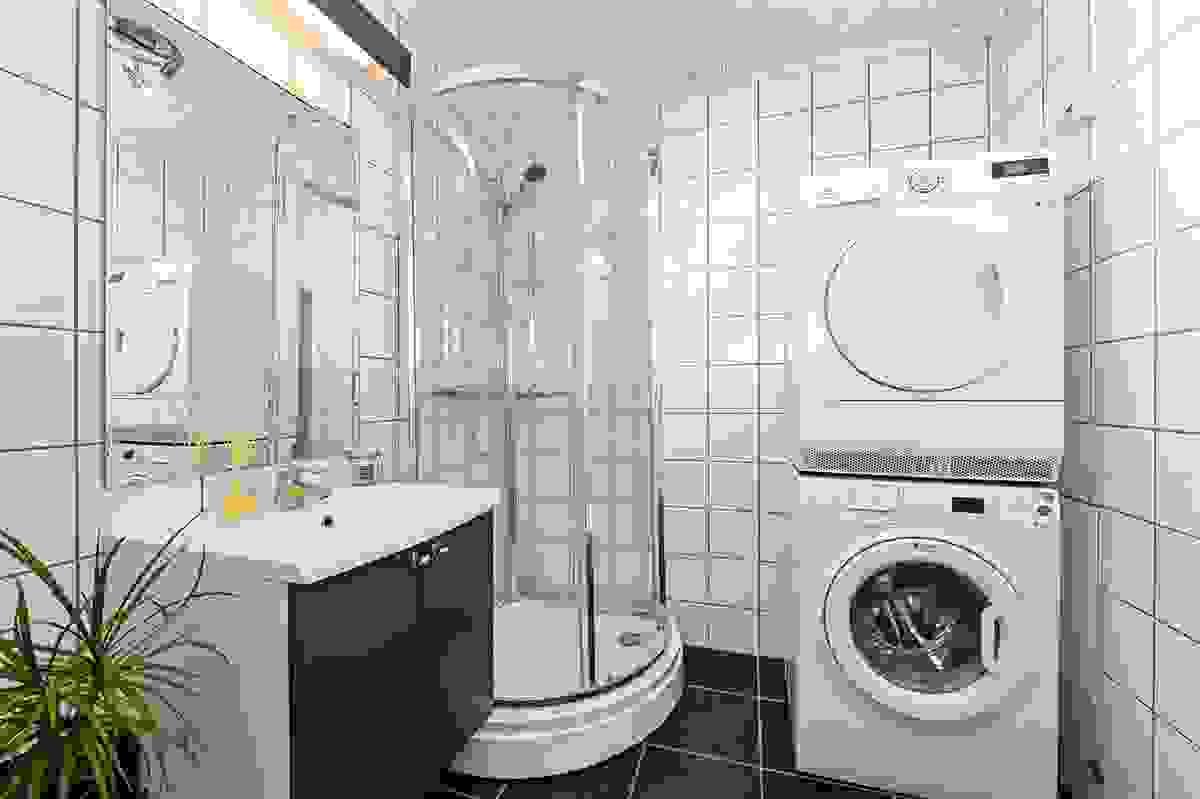 Bad i 1. etasje med opplegg til vaskemaskin.