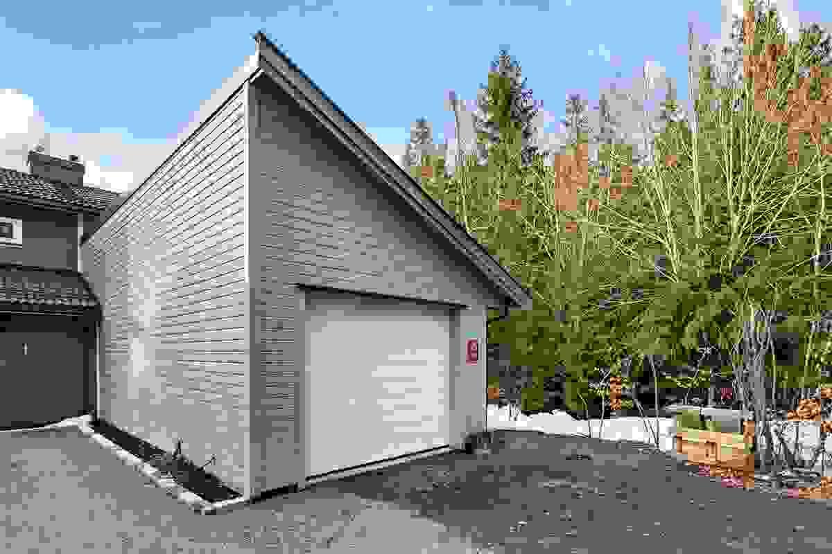 Man parkerer lettvint i stor garasje, der motorsykkelen kan få plass i egen del i enden og med egen port