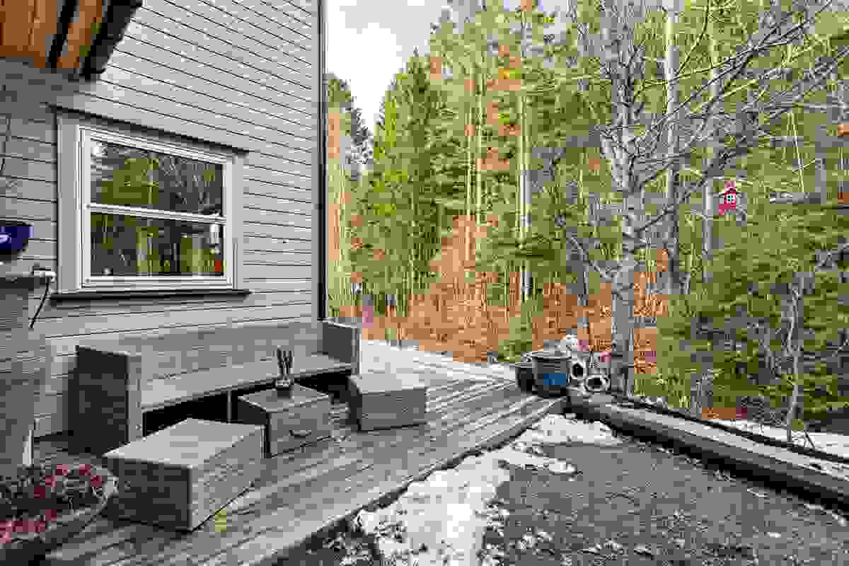 På denne siden av huset er en lun og trivelig uteplass med morgensol