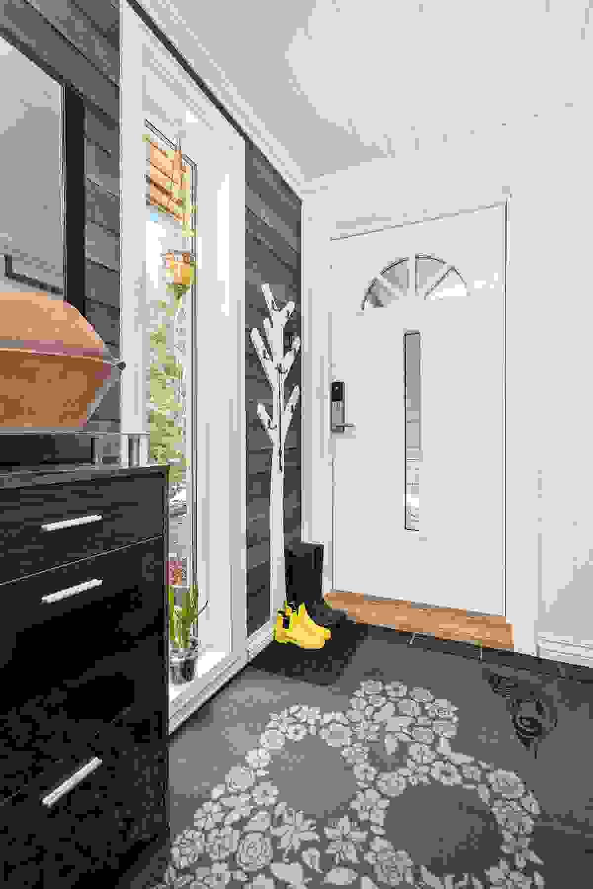 Inngangspartiet er lyst og hyggelig med en kjekk bod/vaskerom i direkte tilknytning