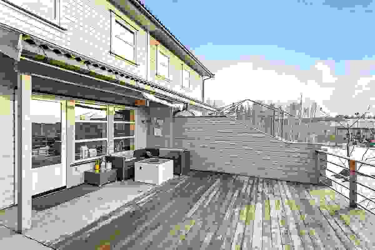 Terrassen er på hele 80 kvm og har fantastiske muligheter for ulike soner