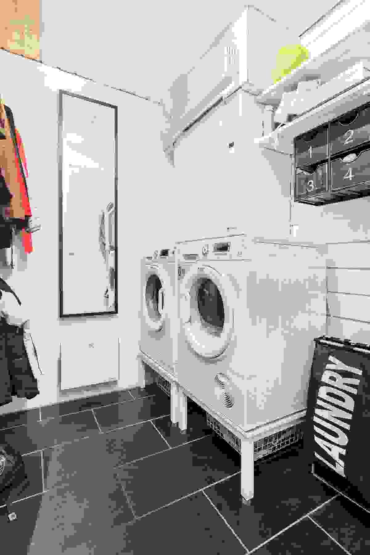 I tilknytning til entréen er et supert vaskerom/teknisk rom
