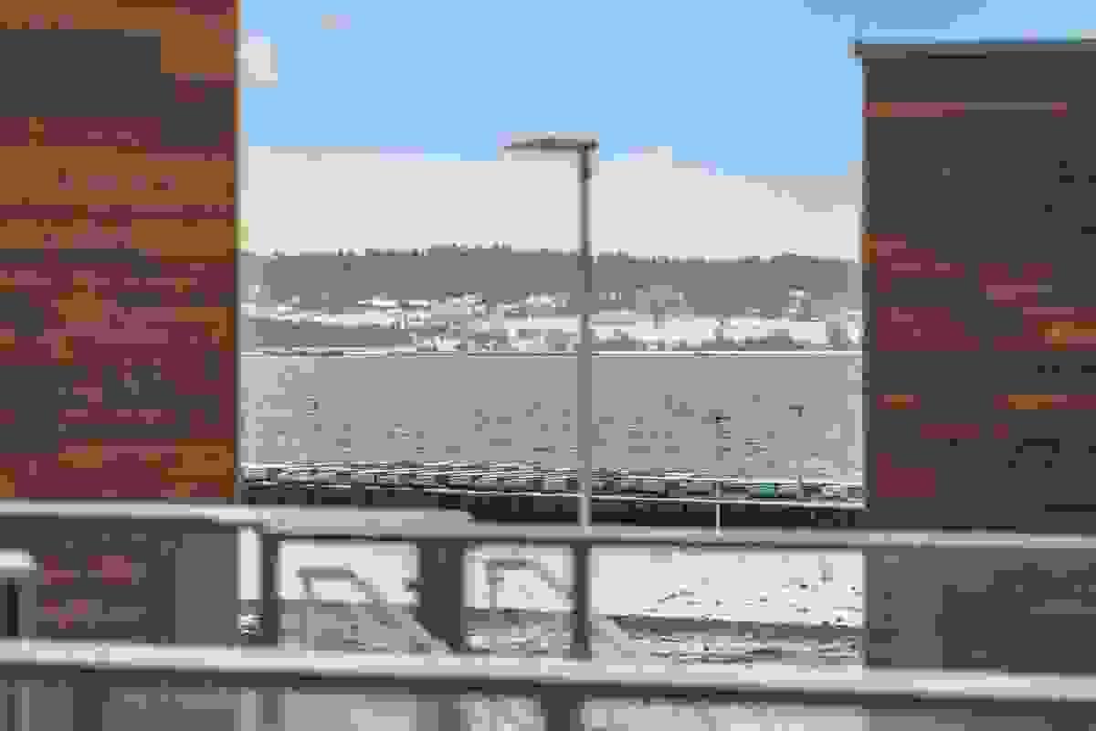 Fra stue og en av balkongene kan man nyte utsikt mot sjøen