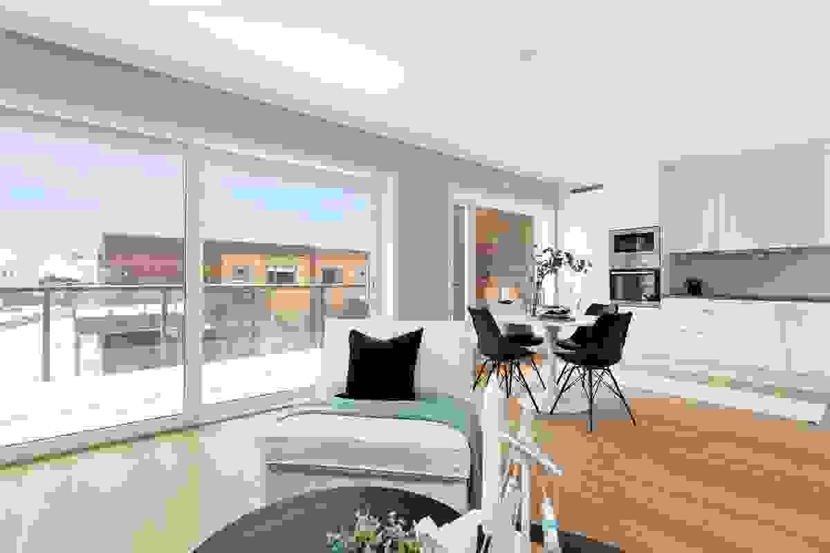 Lys, koselig og ikke minst åpen stue-/spisestue med dype vindusflater