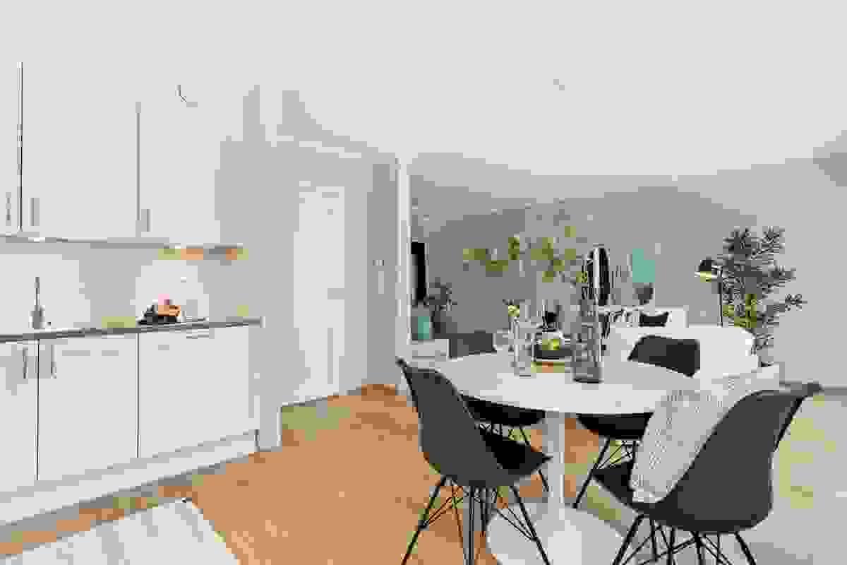 Leiligheten er innredet med et moderne, men likevel klassisk og stilrent kjøkken hvor det er rikelig med innredning og godt med benkeplass