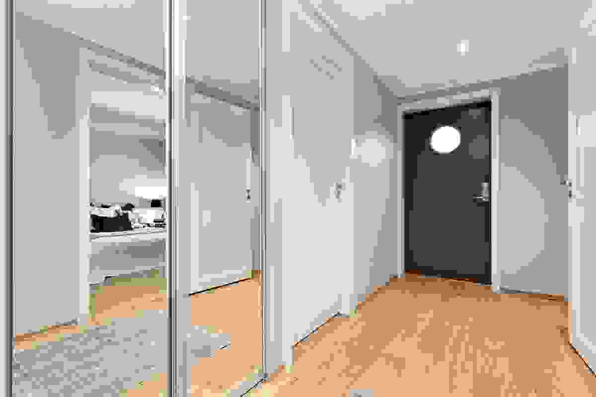 Entre/gang med integrert skyvedørsgarderobe og inngang til alle rom i leiligheten