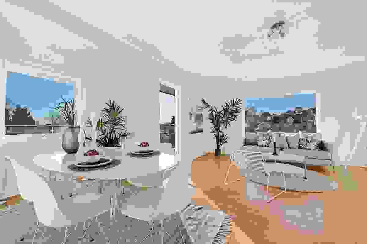 Stor og lys stue med plass til spisestue og sofakrok