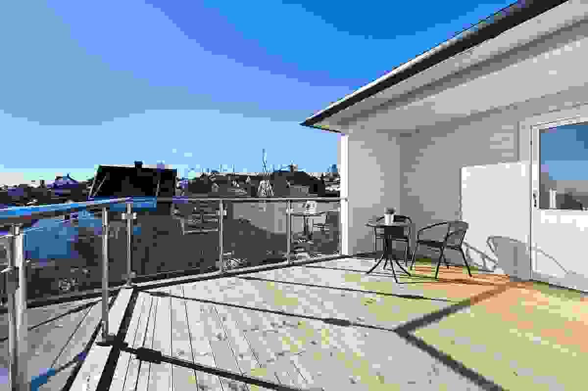 God plass til sittegrupper, solsenger og spiseplass på terrassen
