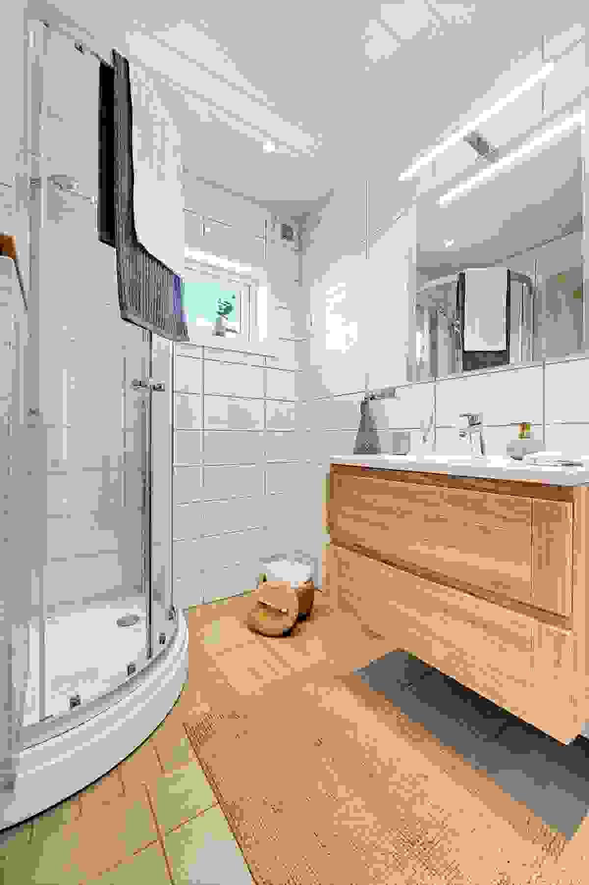 Badet inneholder kabinett, servant med innredning, toalett og opplegg til vaskemaskin