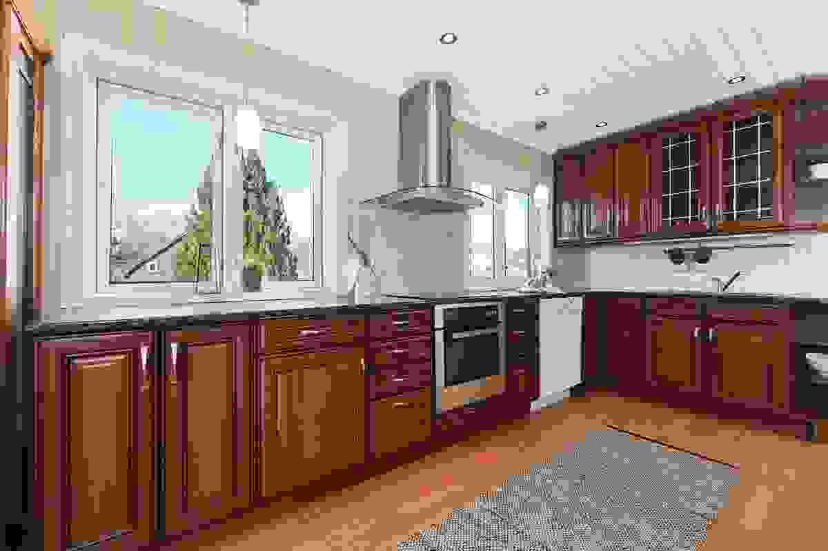 Innholdsrikt og stort kjøkken med innredning fra 2006