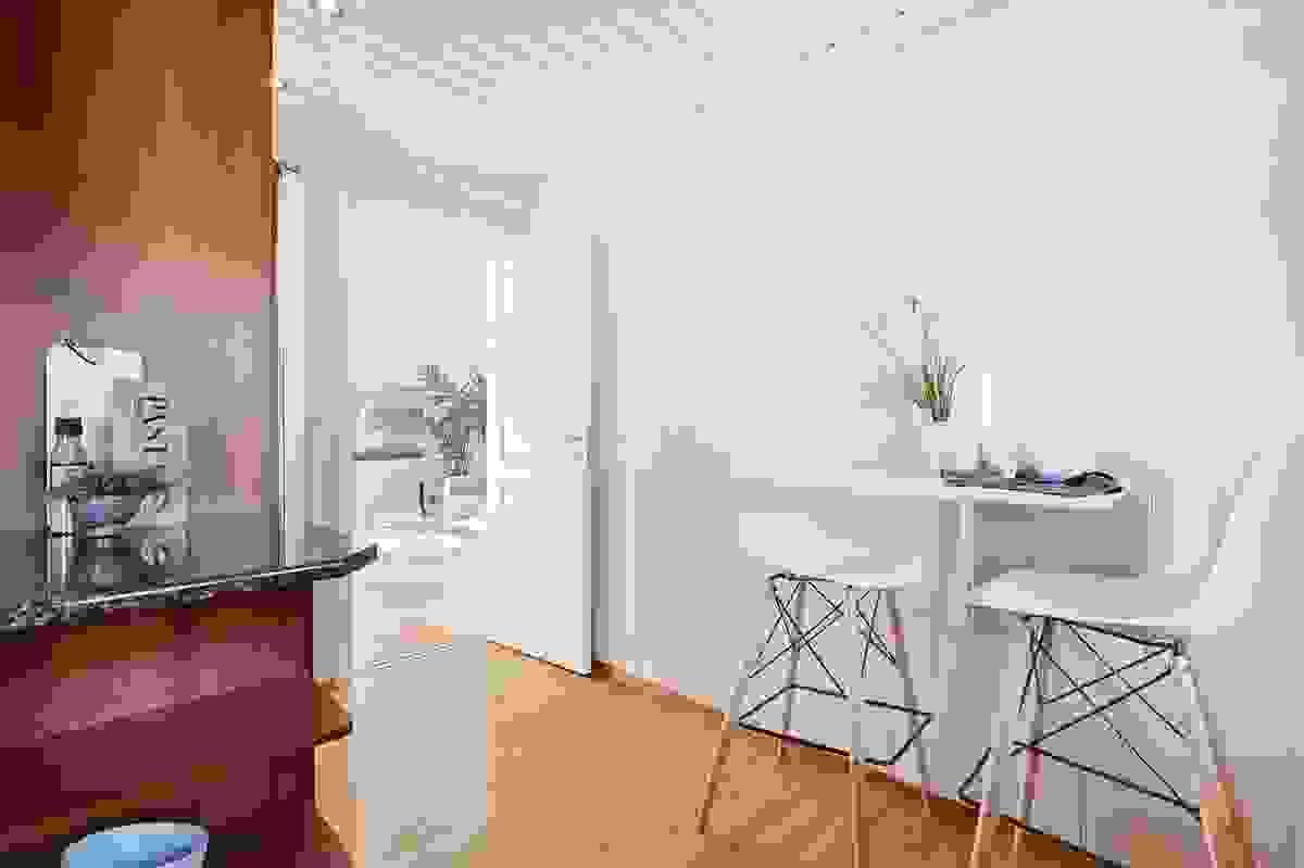 Kjøkkenet har inngang fra gang og stue