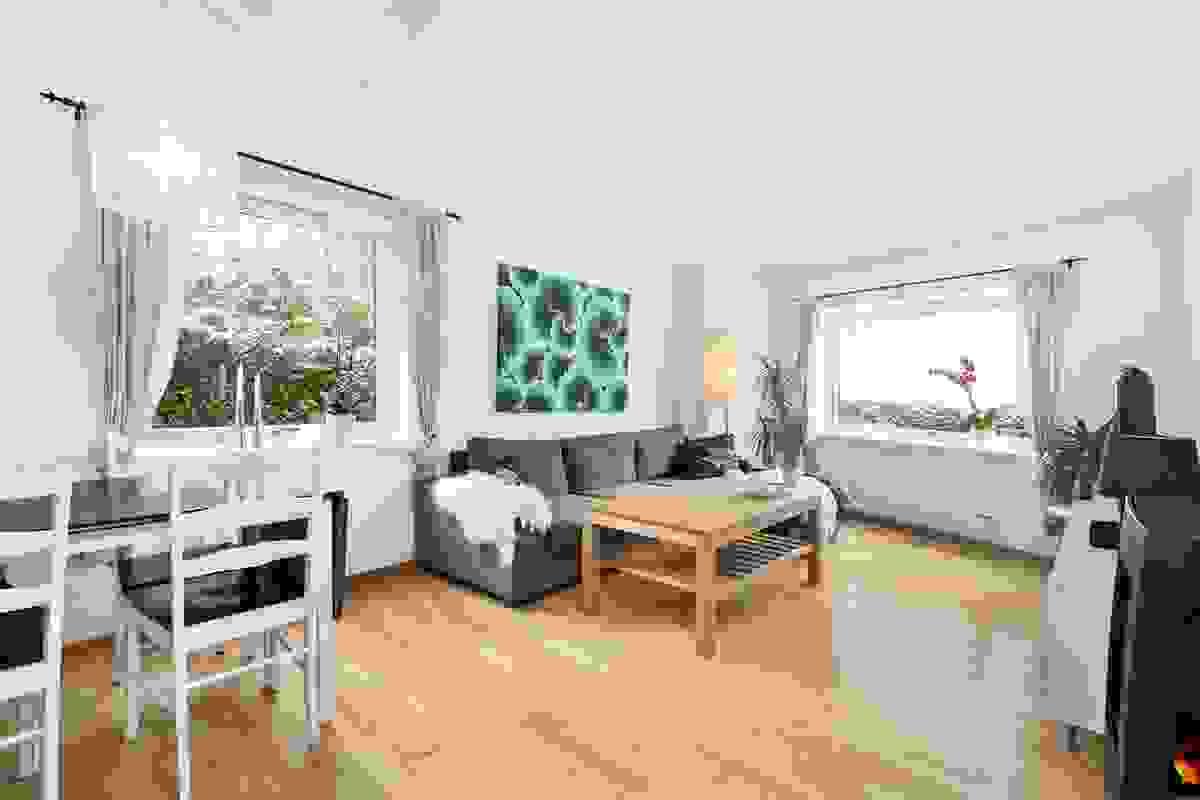 Stue med vinduer på flere kanter