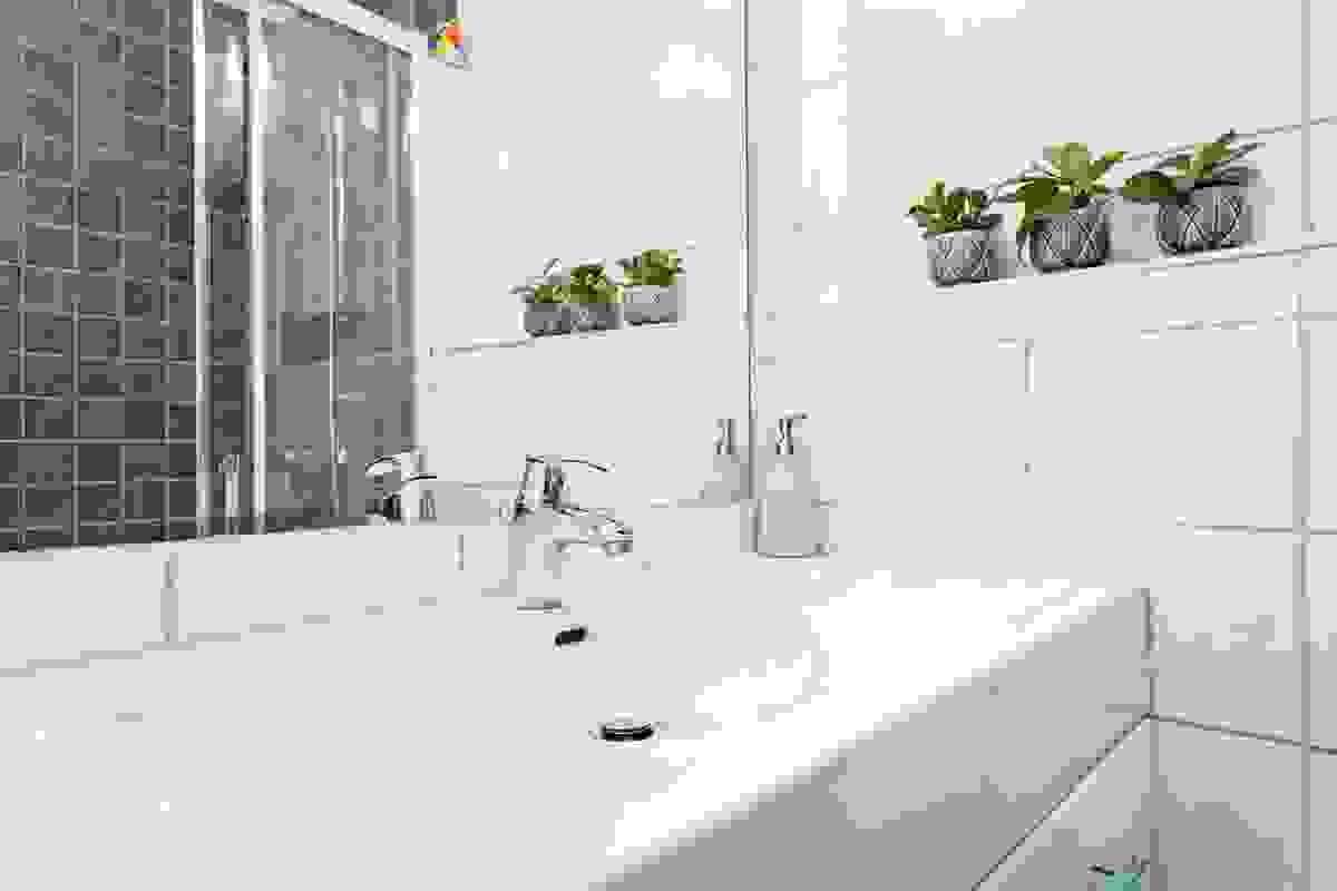 Stort lyst baderomsmøbel