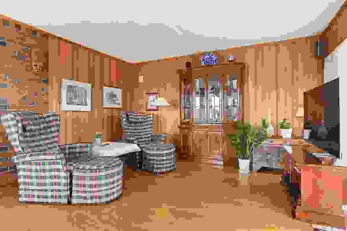 Stue i L-løsning med egen plass til tv-stue