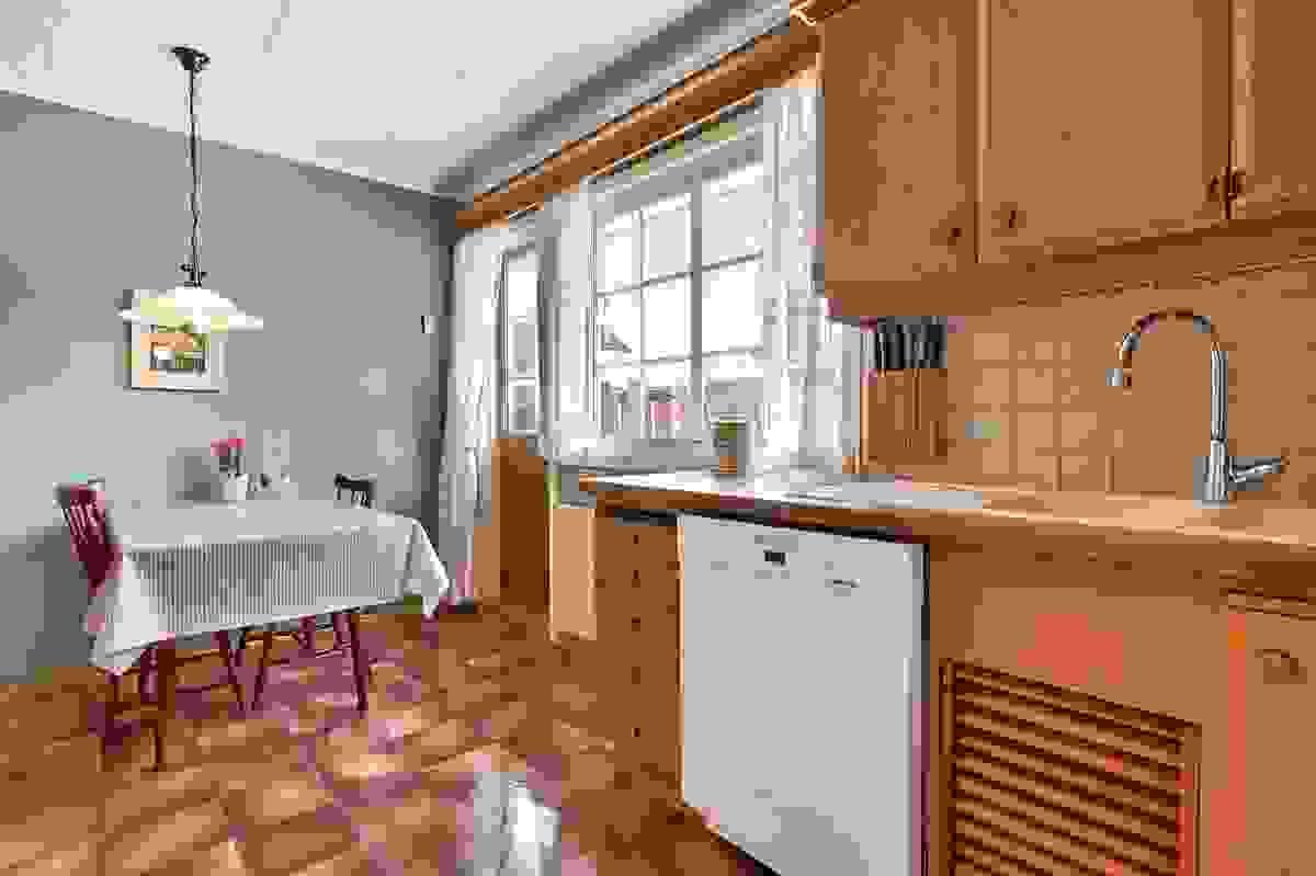 Kjøkken med utganng til stor frokostterrasse