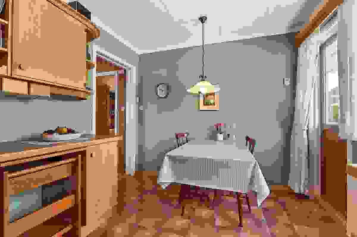 Det er god plass til kjøkkenbord på kjøkkenet