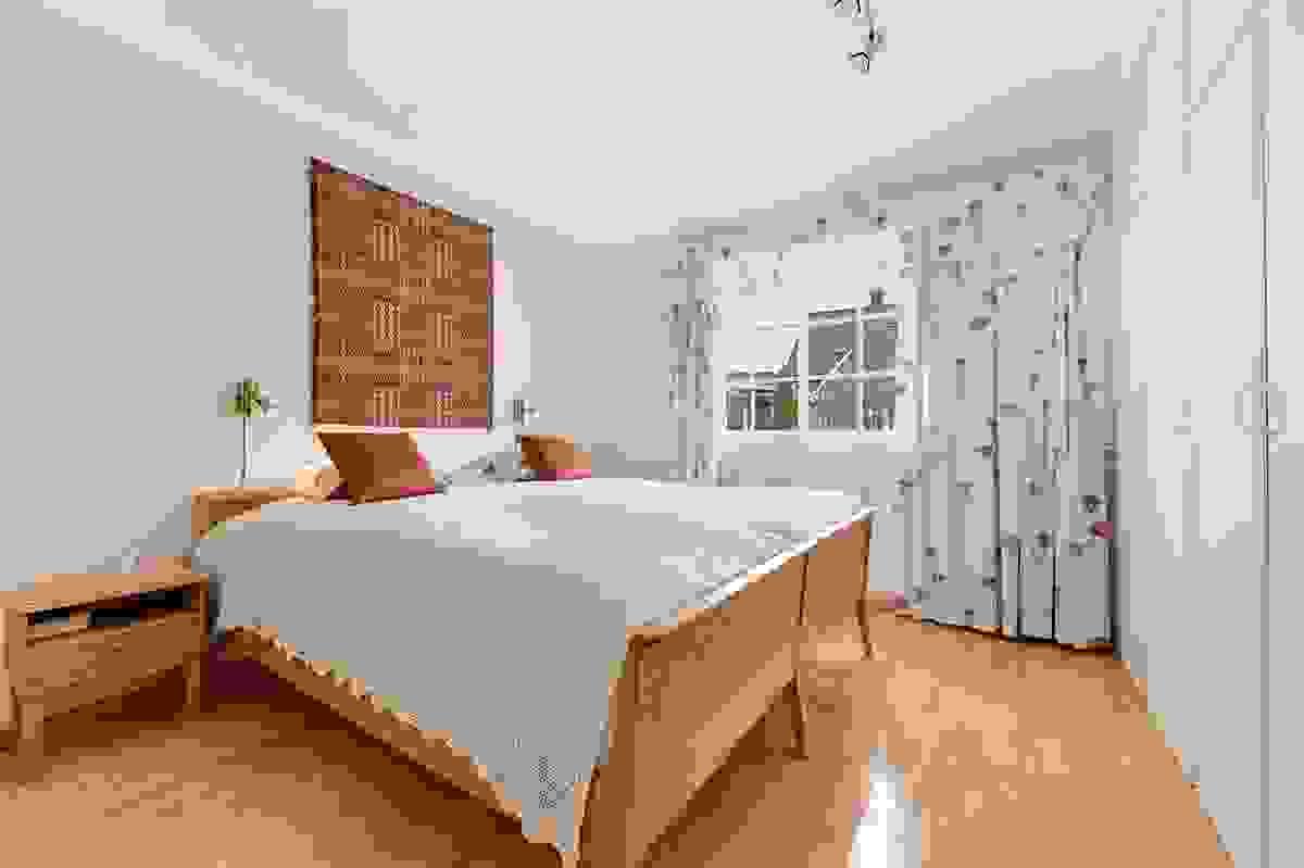 Soverom med med plassbygde garderobeskaper