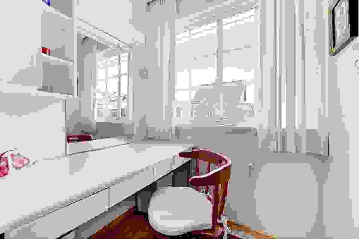 Speil og benk i omkledningsrom