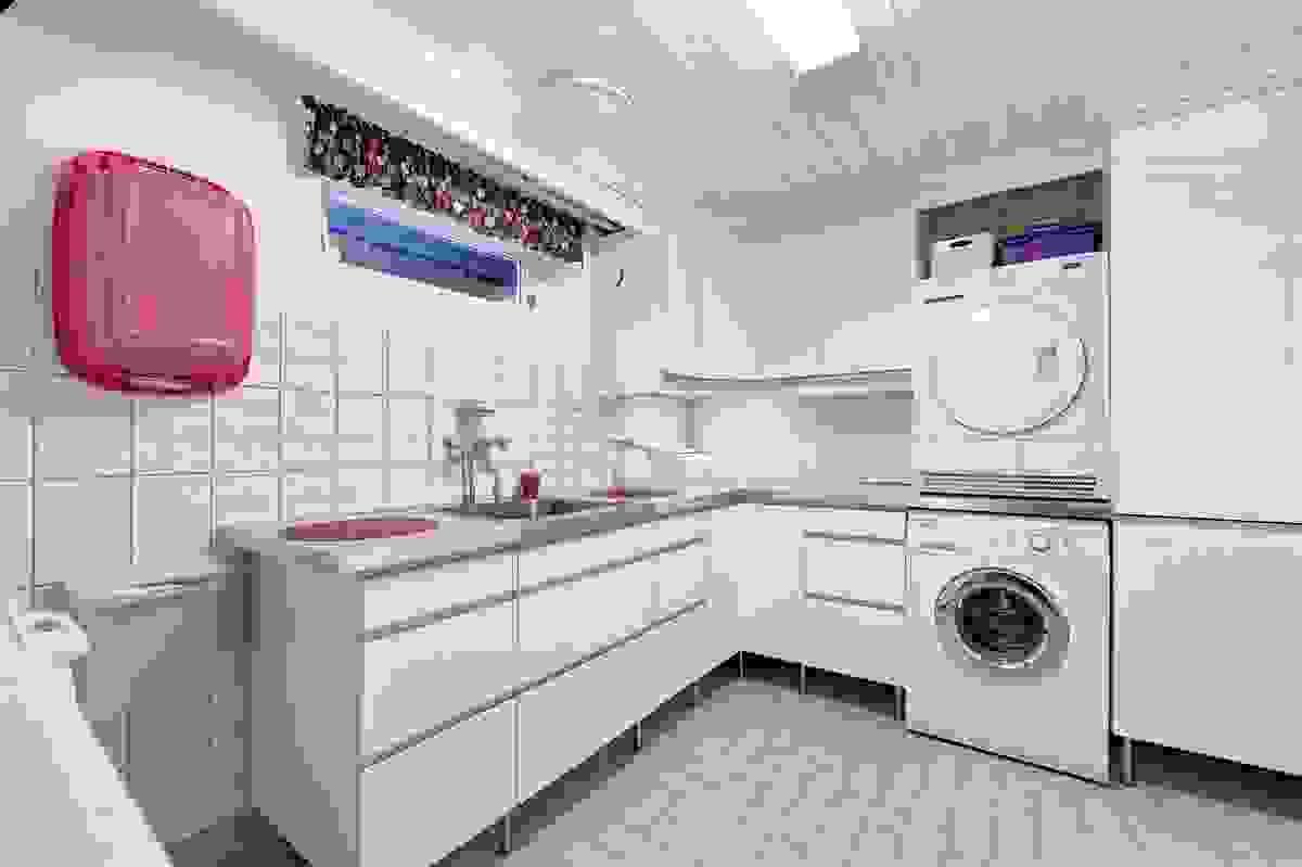 Vaskerommet har godt med innredning