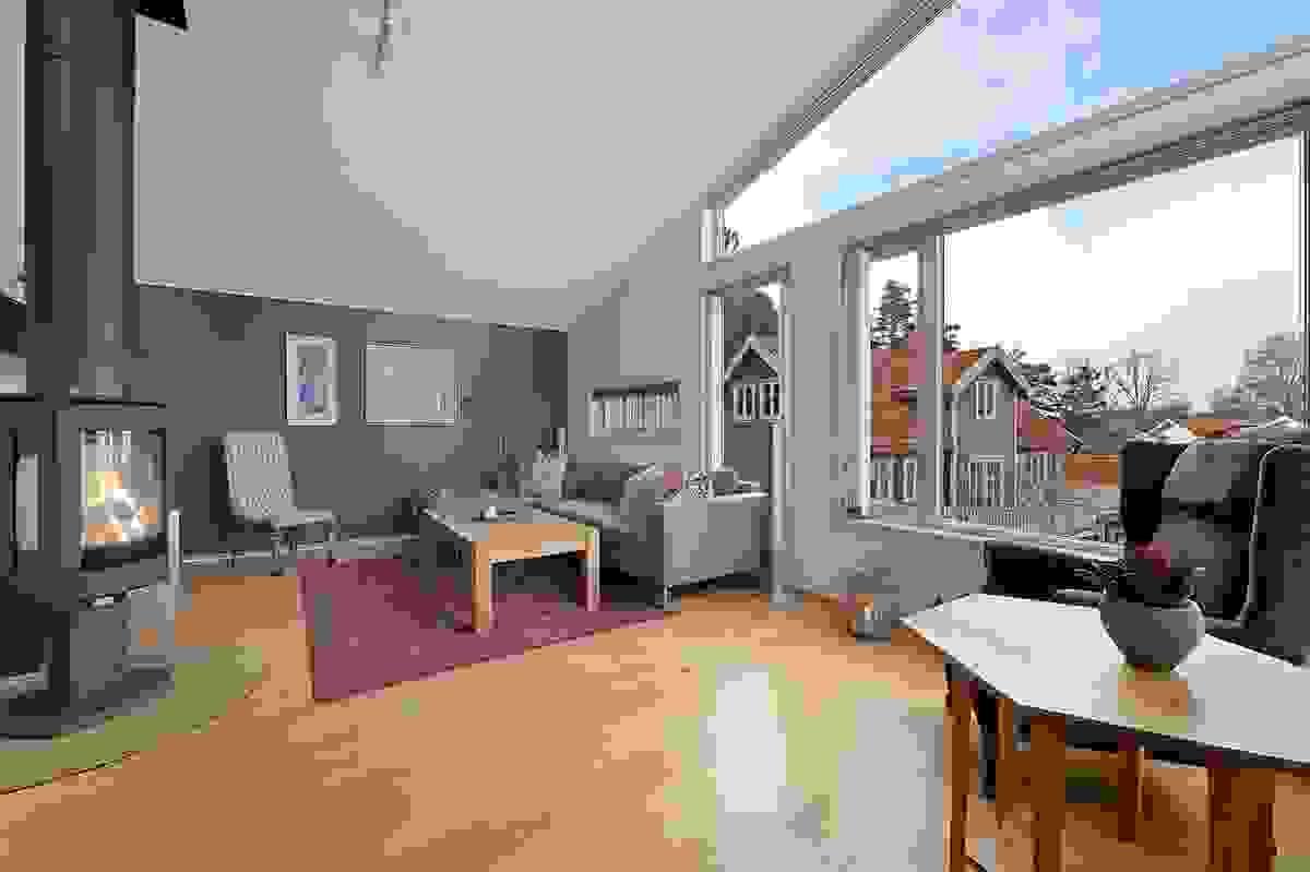 Store glassflater som gir mye lys i stue