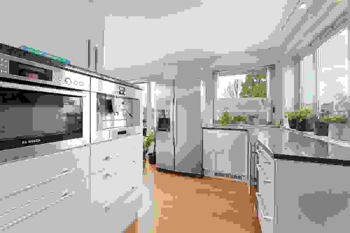 Larvikitt benkplater på kjøkken