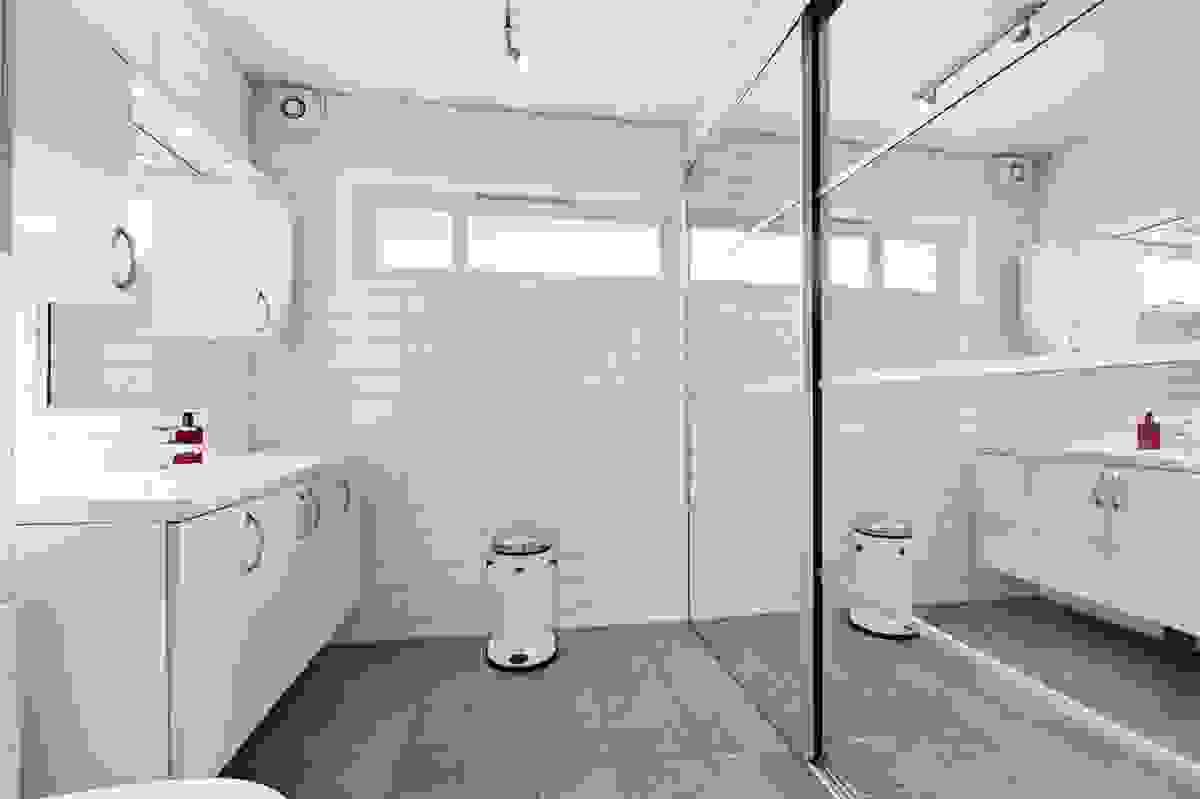 Bad 1 med opplegg til vaskemaskin bak skyvedører
