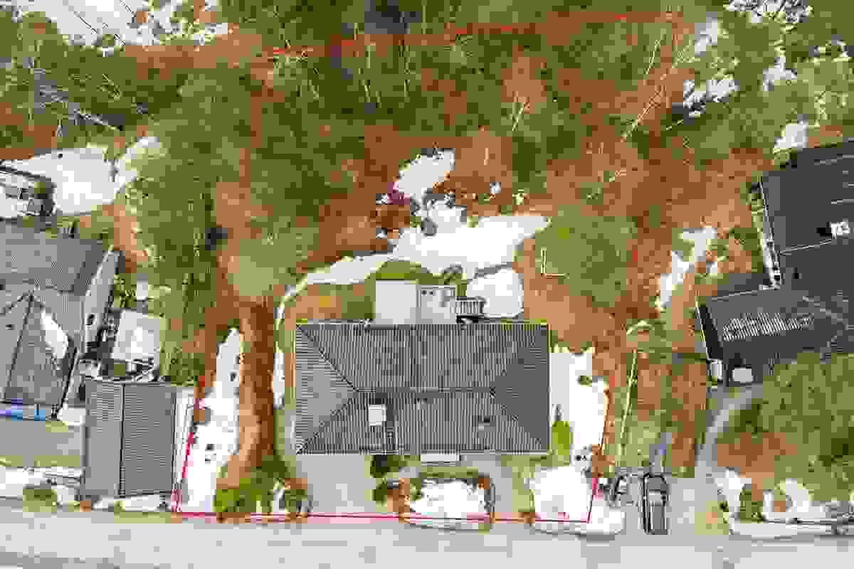 Eiendommens omtrentlige grenser sett ovenfra (forbehold om feil i skisse)