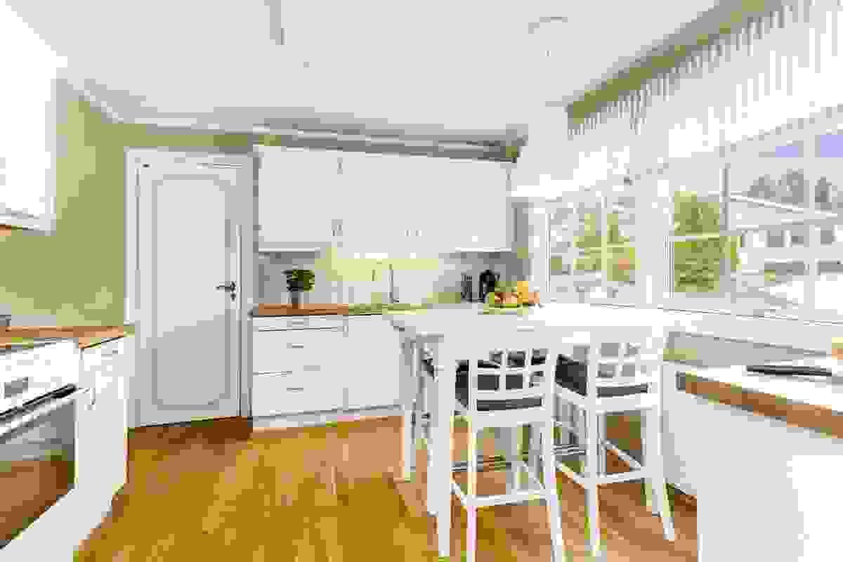 Husets kjøkken er lyst og trivelig innredet