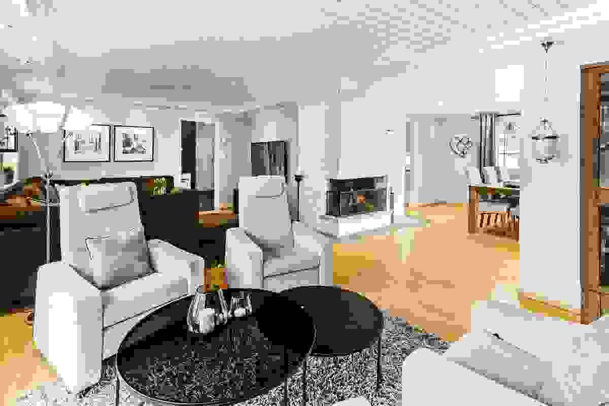 Svært romslig stue i vinkel, byr på flere møbleringsmuligheter