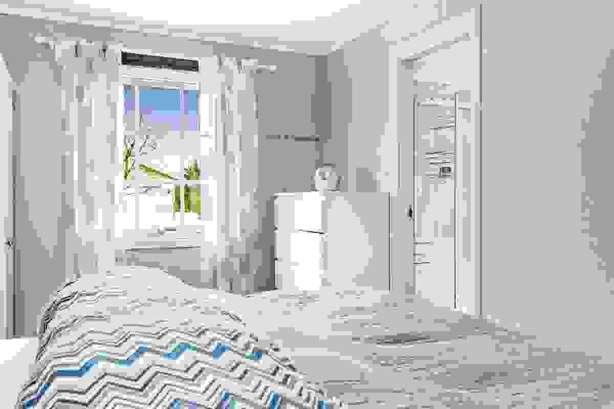 Hovedsoverom har direkte adkomst til badet.