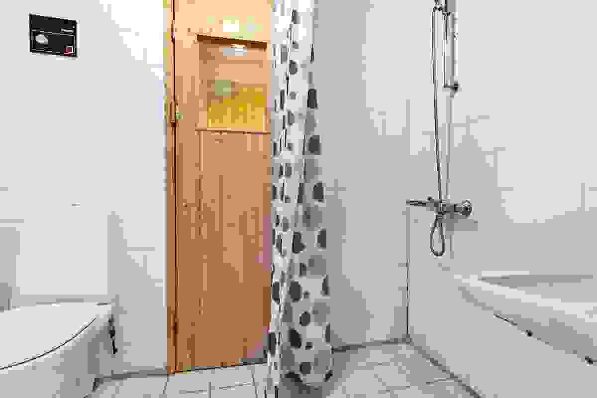 Bad i sokkeletasje med direkte adkomst til badstu