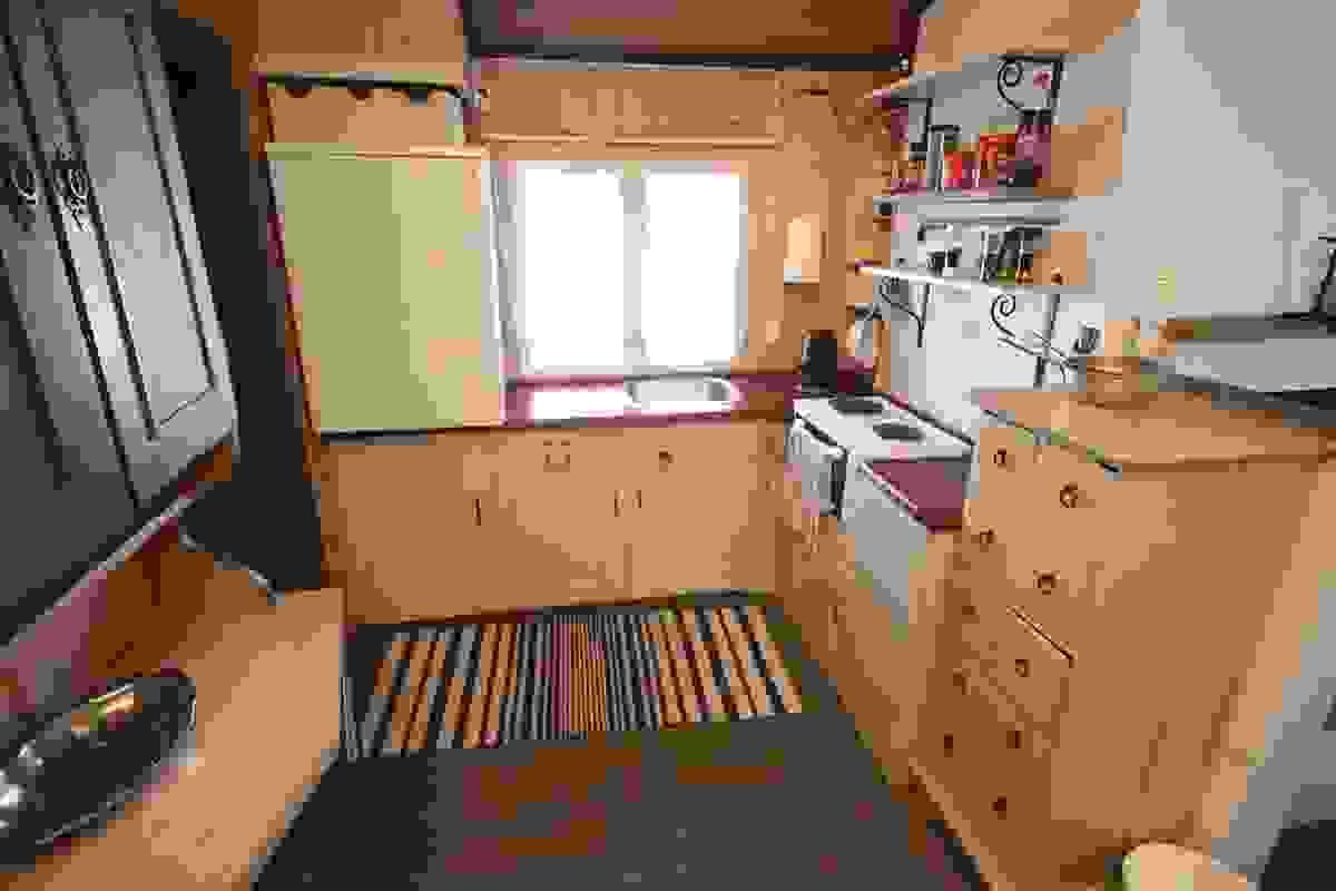 Kjøkken med plassbygd kjøkkeninnredning i malt utførelse
