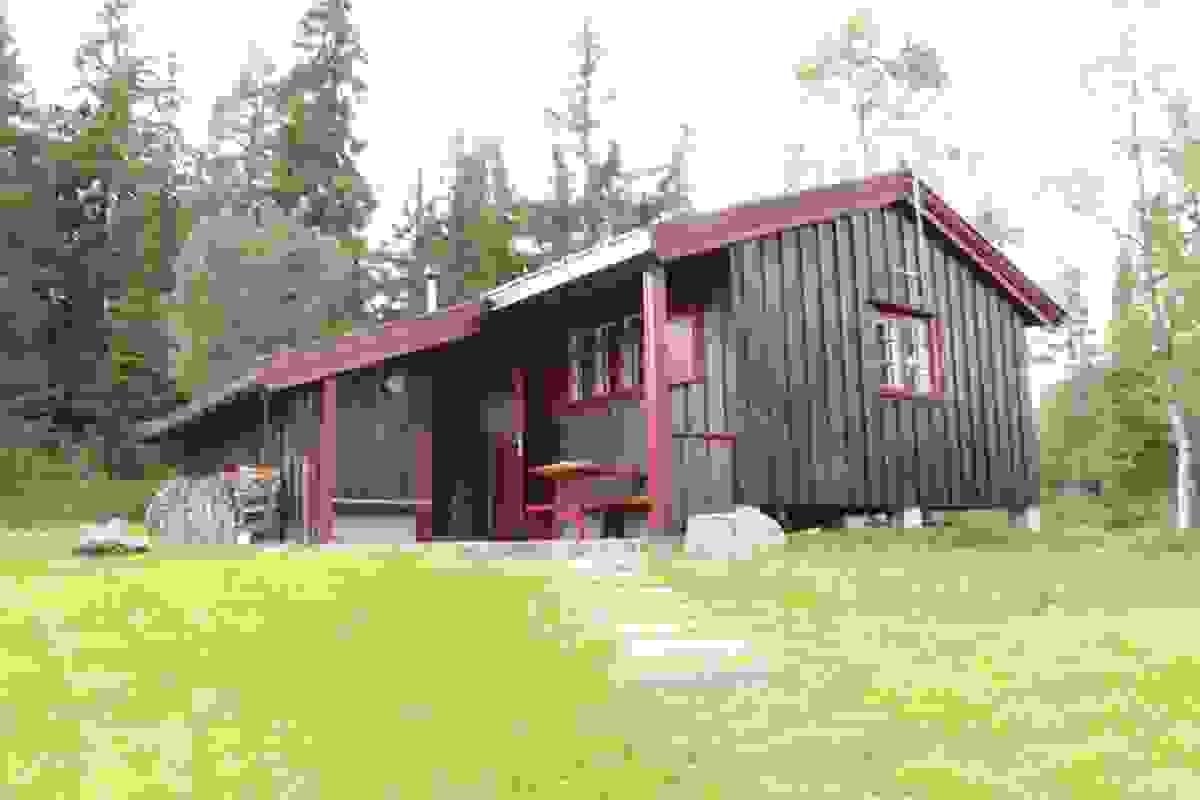Sjarmerende hytte med noe overbygget inngangsparti