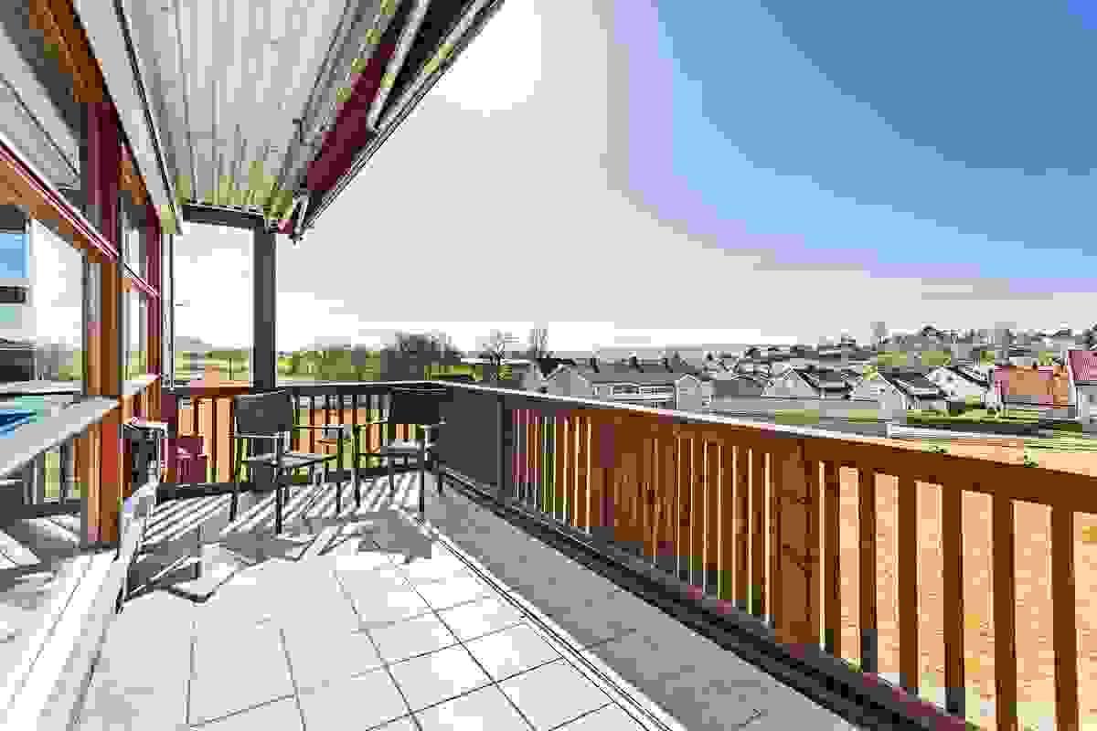 Leiligheten har er stor og deilig terrasse i hele leilighetens bredde på ca. 19m² mot vest med adkomst fra stuen