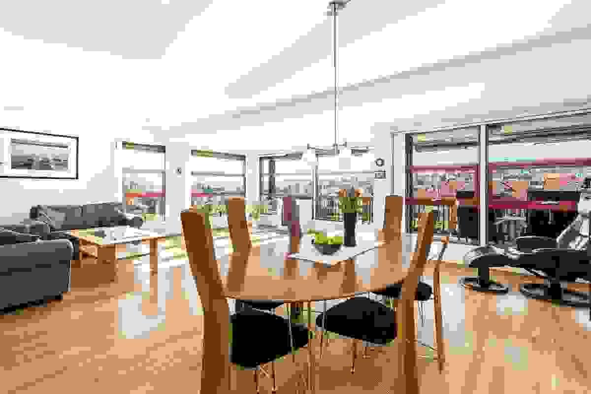 Meget romslig og møbleringsvennlig stue-/spisestue med utgang til terrasse.
