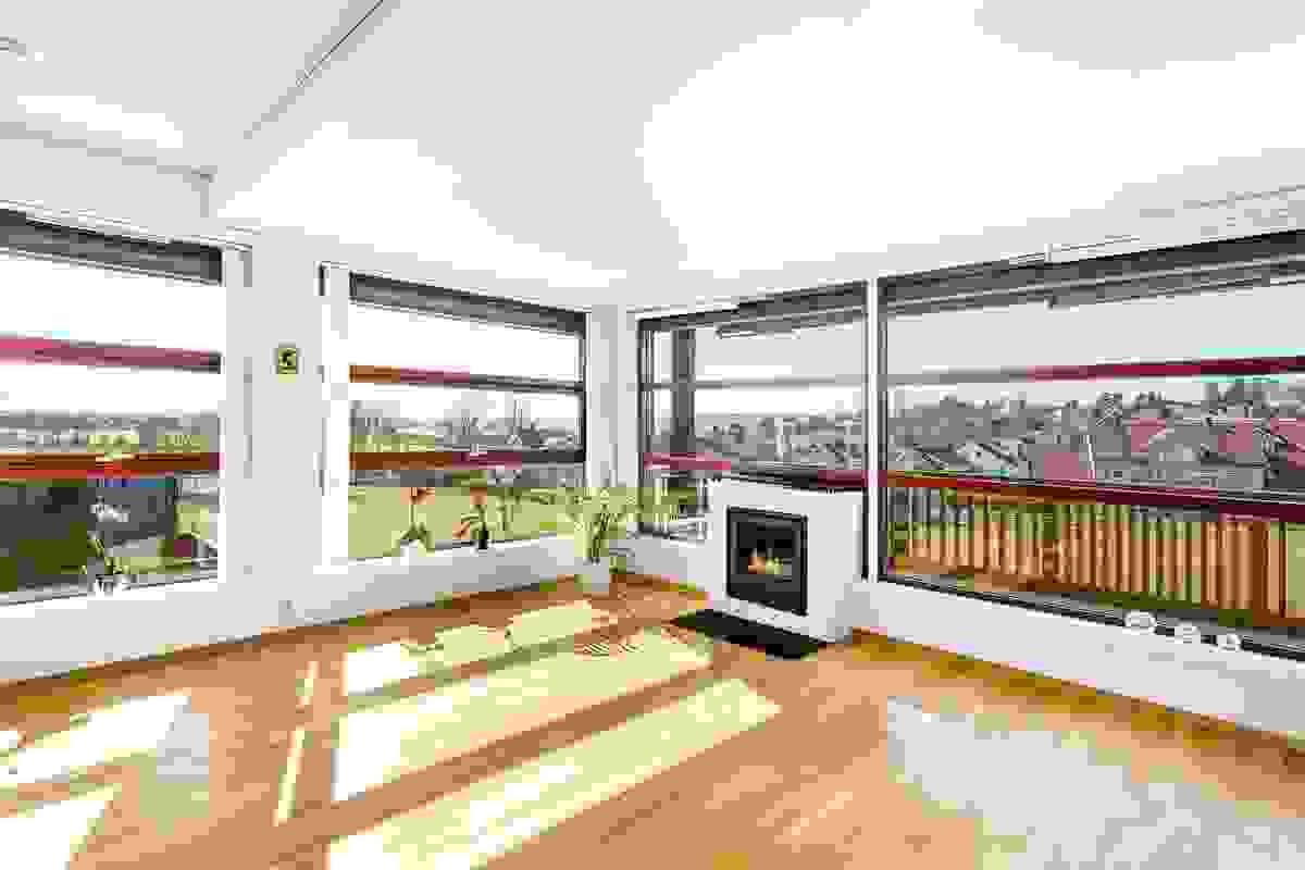 De store vinduene utgjør nærmest et møbel til leiligheten, og det er montert et svært påkostet solskjermingssystem med elektriske, utvendige persienner med ekstra store lameller på de største vinduene i stuen