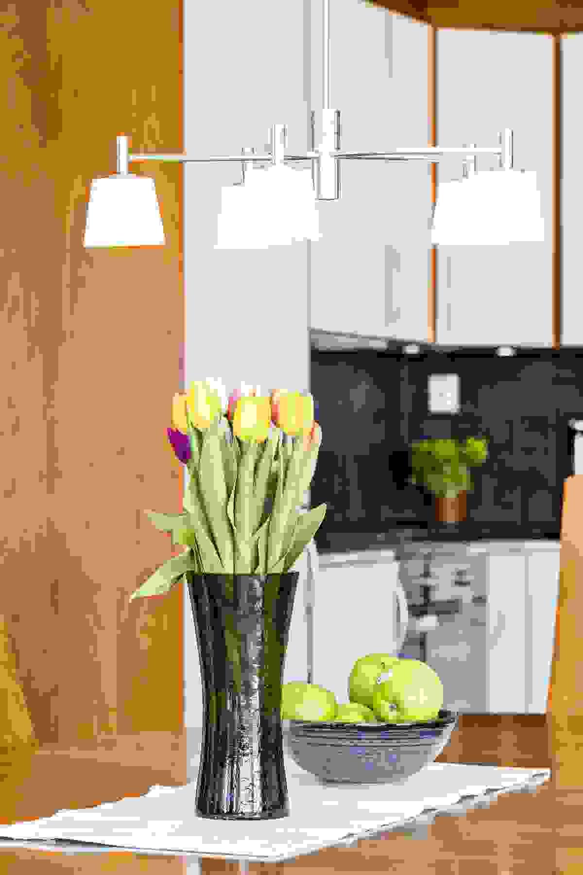 Også på kjøkkenet er det eikeparkett med underliggende varmekabler, malte veggflater og malt himling