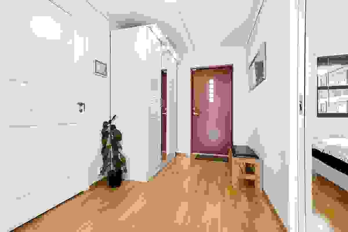 Bred og lys hall/entrè og gang med garderobeskap