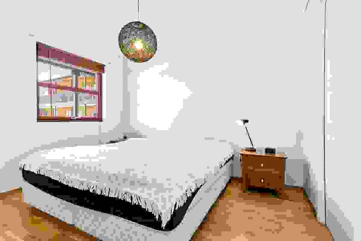 Alle de tre soverommene har eikeparkett på gulv, malte veggflater og malt himling