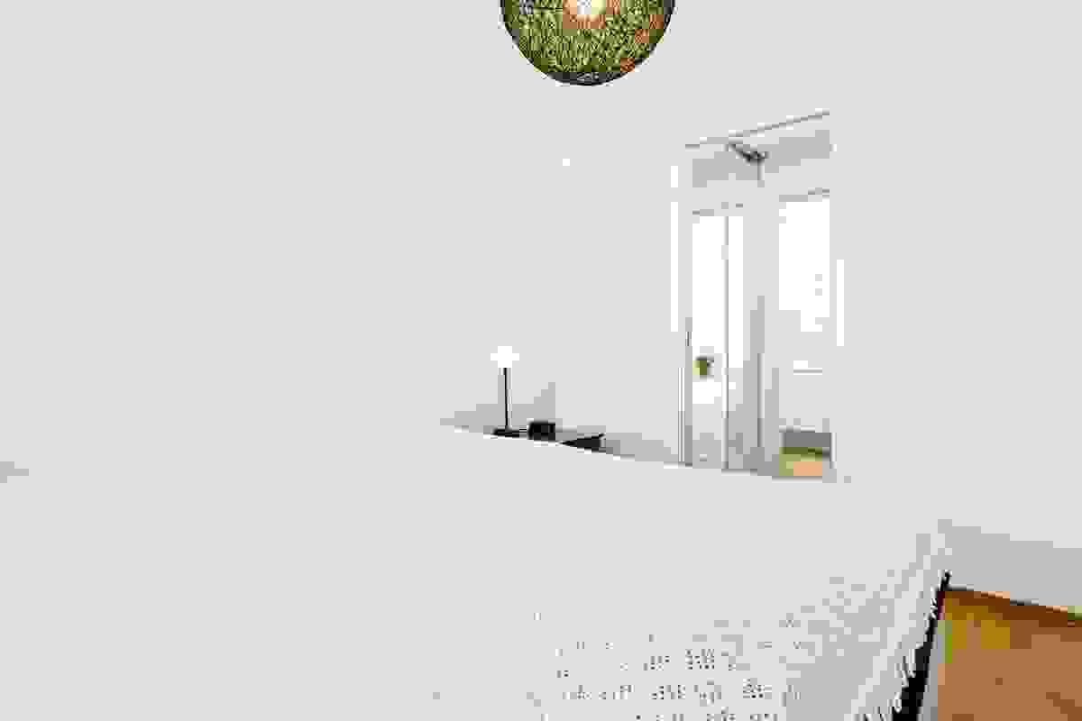 Hovedsoverommet har tilknyttet walk-in garderobe/omkledningsrom med inngang via skyvedør fra soverommet