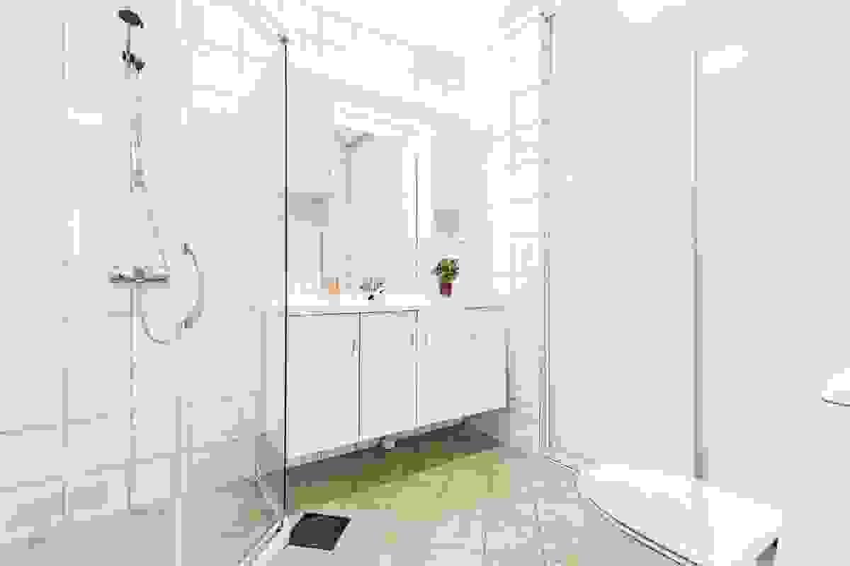 Baderom/wc 2 har inngang direkte fra hall/entre, og har også flislagt gulv (varmekabler), flislagte vegger og hvitmalt himling