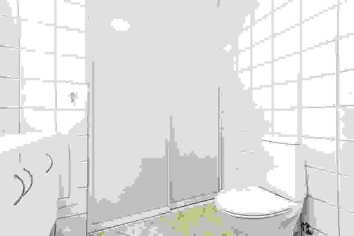 Stort og godt rom med tilsvarende fliser på gulv og vegger som på leilighetens andre baderom
