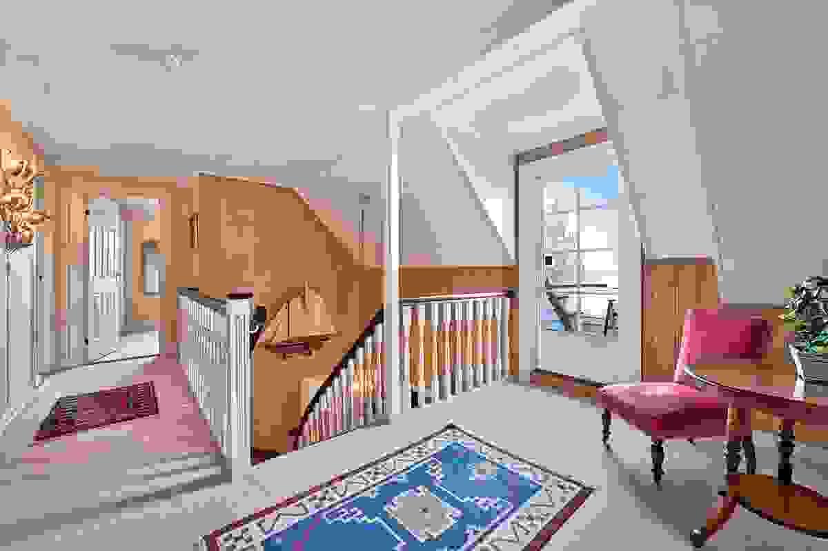 Hall/loftsstue med utgang til balkong