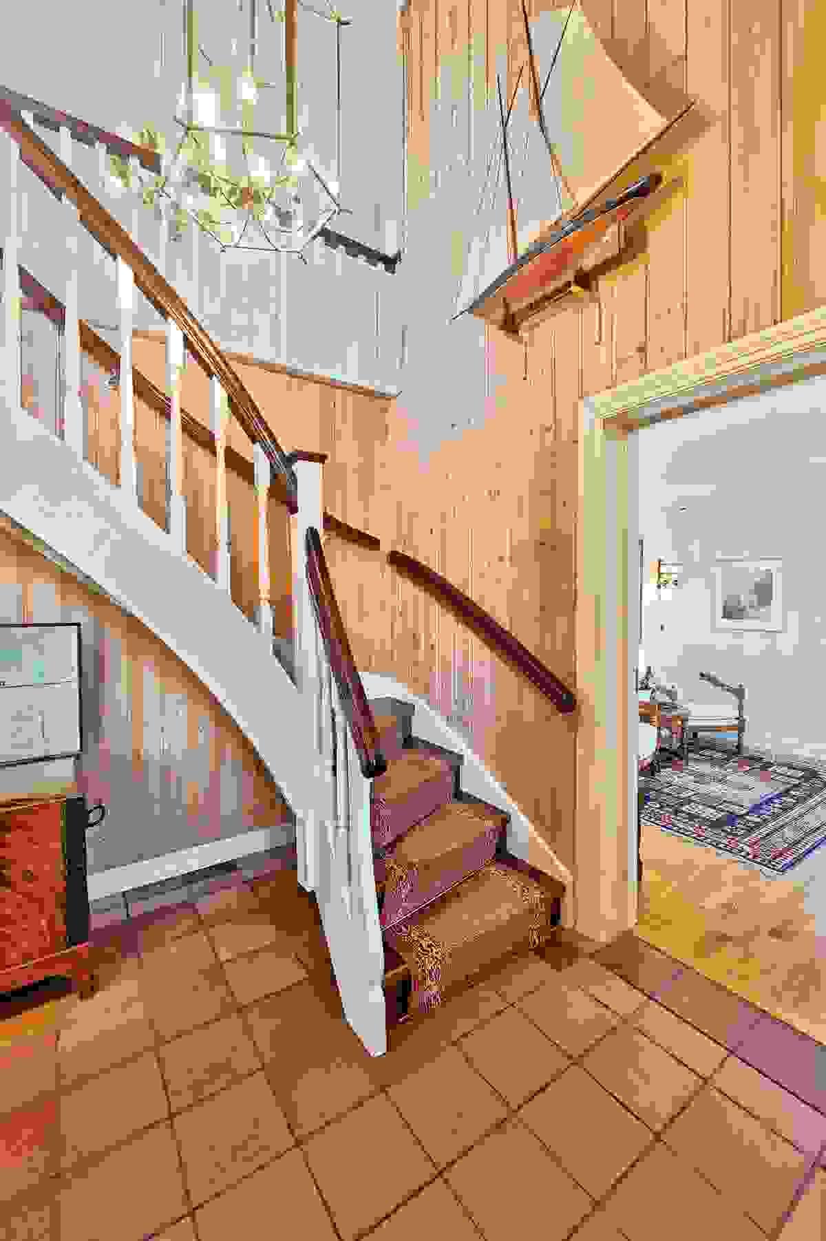 Hall med trapp opp til 2. etasje.