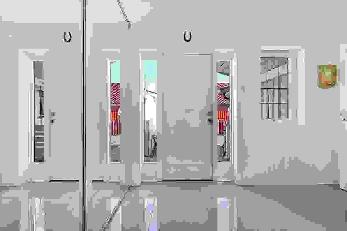 Vindfang med skyvedørsgarderobe med speilglassdører