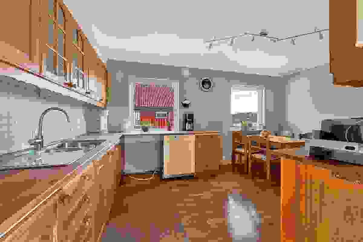 Integrert stekeovn og koketopp, oppvaskmaskin under benk og kjøleskap i nisje medfølger i handelen